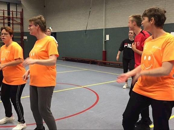 Bewoners Baalderborg dansen zich in het zweet voor openingsceremonie Special Olympics Hardenberg