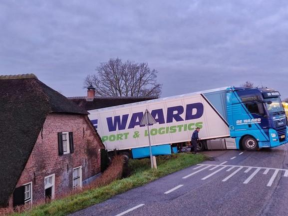 Vrachtwagen muurvast op dijk in Andel