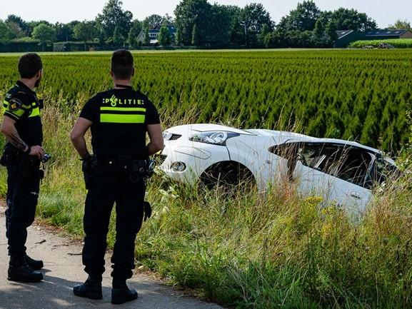 Auto slaat over de kop op N395 bij Diessen: bestuurster gewond