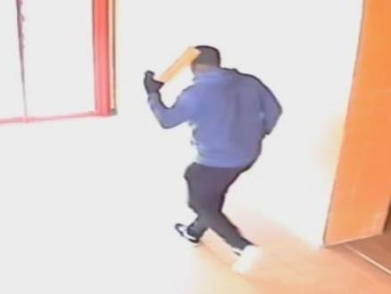 Bewakingsbeelden vluchtende man die 72-jarige Zwollenaar in flat heeft overvallen