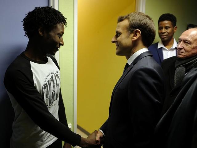 Macron's asielbeleid: solidair in theorie, hard in praktijk