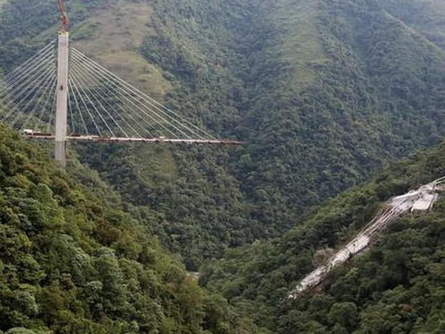 Tien mensen dood na instorten brug Colombia