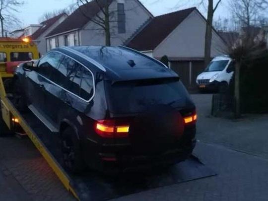 Jaar cel dreigt voor in Enschede aangehouden man, politie neemt BMW X5 mee