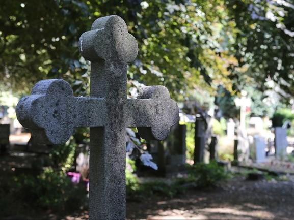 Eindhovenaar (22) opgepakt voor openen kindergraf en stelen van urnen