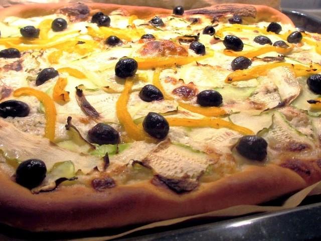 Pizza bianca met courgette en burrata