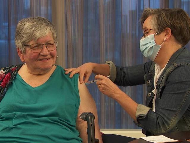Coronanieuws: 'Na vaccinatie kun je coronavirus ook niet meer overdragen'