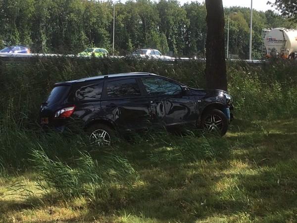 Auto van de weg in Staphorst, automobiliste en kinderen met de schrik vrij