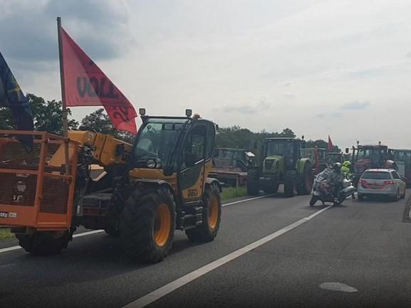 Boeren op weg naar huis, A1 bij Holten weer vrij