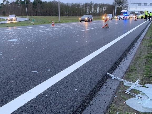 Glas op de A1 bij Bathmen: rijbaan dicht en anderhalf uur vertraging