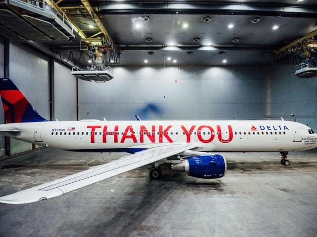 Delta bedankt personeel met cadeautje van € 1.5 miljard en een 'Thank You'-vliegtuig met de 90.000 namen van álle werknemers
