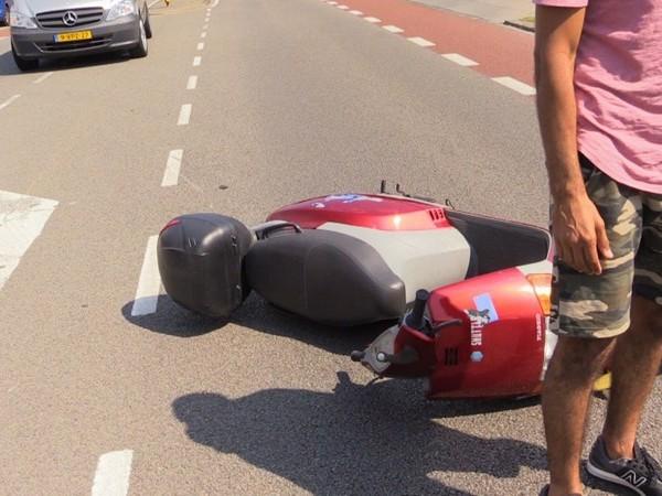 Scooterrijdster gewond bij botsing in Enschede