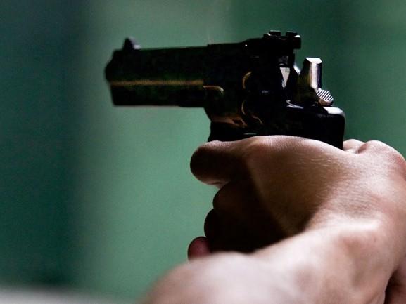 Man zit drie uur in auto met draaiende motor, blijkt gezochte gevangene met doorgeladen pistool