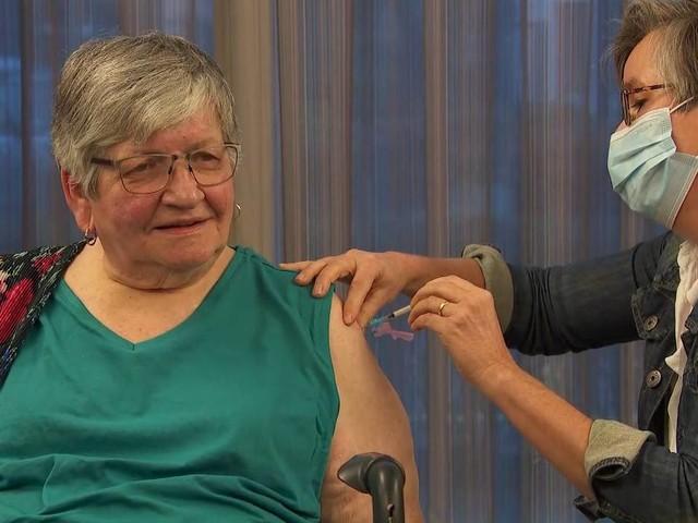 Arts Lyan vaccineert eerste bewoners van verpleeghuis in Veghel: 'De sleutel om weer te leven'