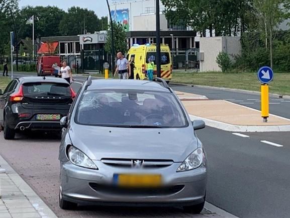 Fietser naar ziekenhuis na aanrijding met auto in Hellendoorn, weg afgezet