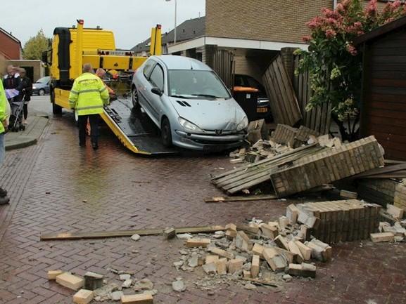 Auto rijdt muur aan puin in Rijssen