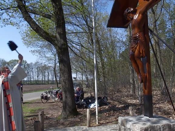 Het vernielde kruisbeeld van Reusel glanst weer als vanouds: 'Zo mooi dat ie terug is'