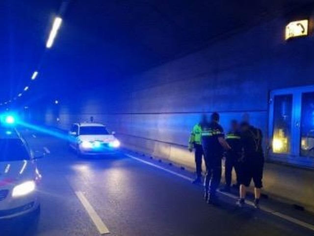 Dronken man wandelt tunnel in