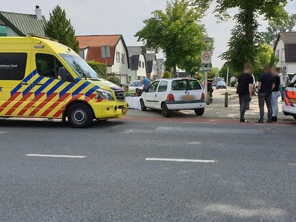 Vrouw op bromfiets gewond bij aanrijding in Enschede