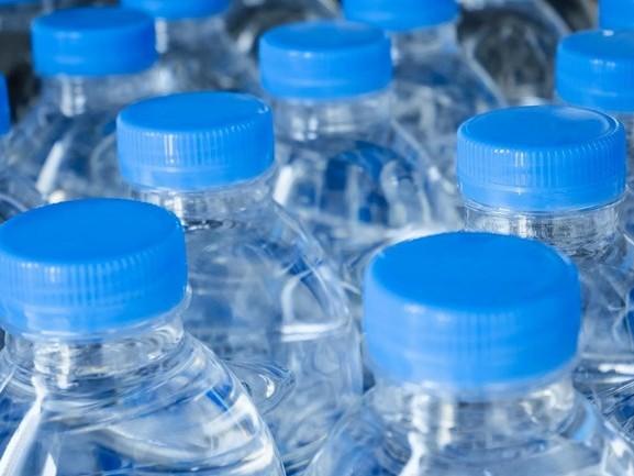 Studenten Universiteit Twente ontdekken perfecte 'water bottle flip'