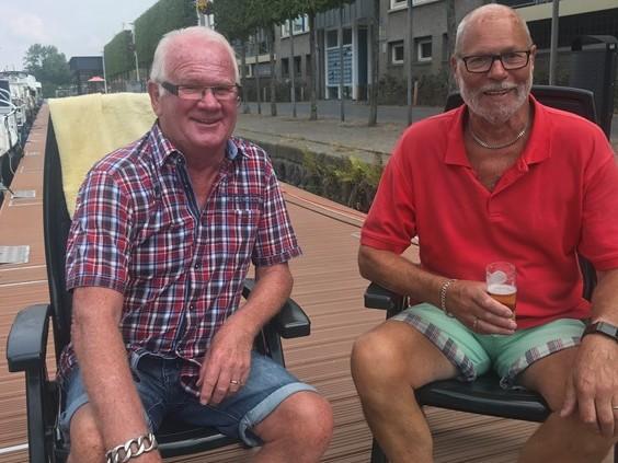 Met de boot naar Roze Maandag: Hans (80) en Ton (71) doen het al twintig jaar