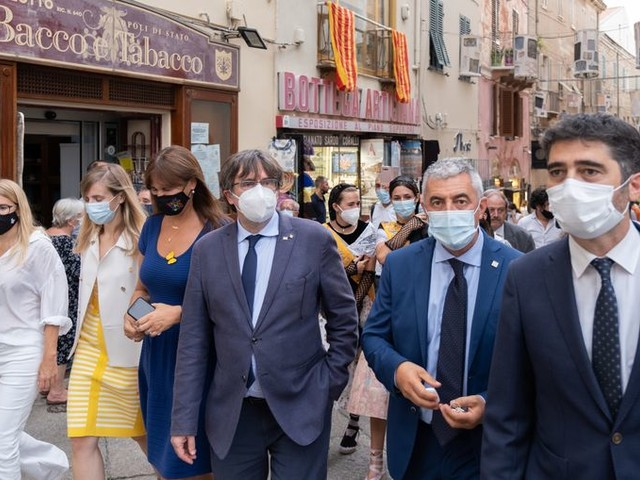 In een hoekje van Sardinië is Carles Puigdemont een held. 'Pre-si-dent, pre-si-dent!'