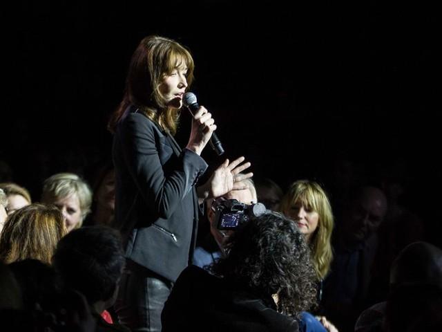 Carla Bruni flirt in Carré met haar fans