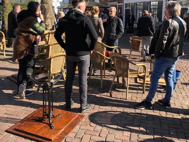 Johan de Vos opent zijn terras in Breda en het zit meteen vol
