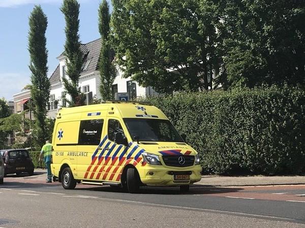 Automobilist rijdt door na aanrijding met fietsers in Almelo