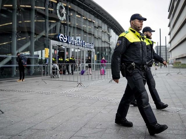 Noodbevel en vijftien arrestaties in Utrecht na vrees voor rellen, ME veegt plein in Wageningen schoon