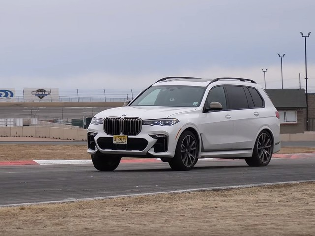 Video: BMW X7 M50i vs Toyota T86 on the track