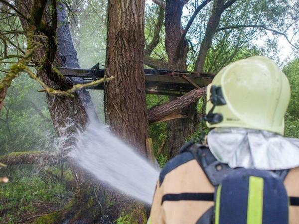 Boomhut in brand bij Herxen: brandweer rukt vanwege droogte uit met groot materieel