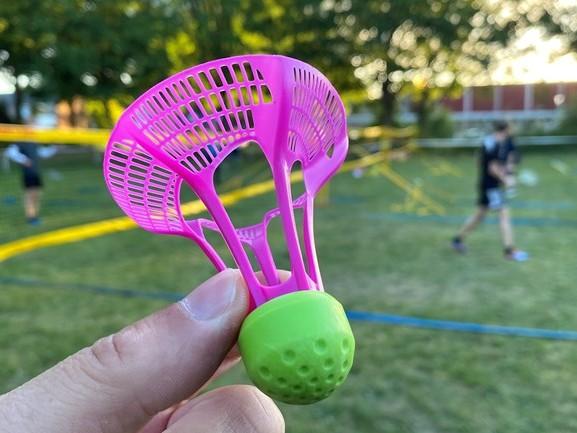 Speciale shuttles voor 'buiten badminton' zijn nergens te krijgen, maar Heino heeft ze!