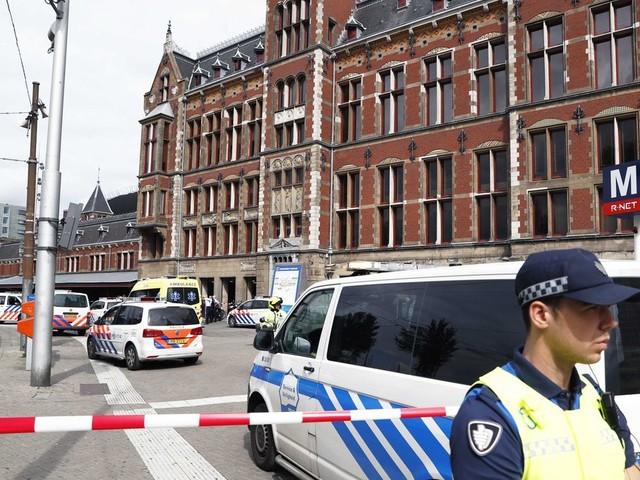 Politie schiet een verdachte neer bij Amsterdam CS