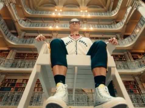 Brillen en een bibliotheek