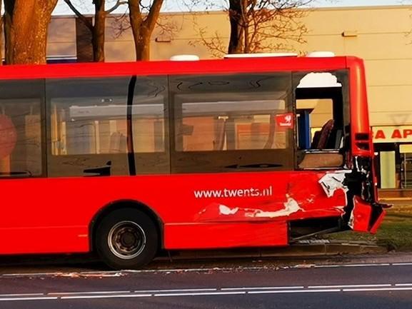 Trekker botst achter op stadsbus in Hengelo