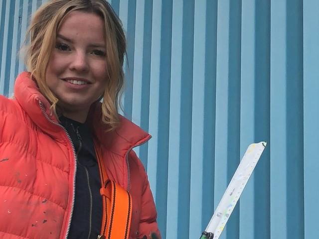 Rosalie neemt lelijke blauwe wand van MSD in Oss flink onder handen