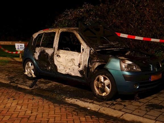 Het is wéér raak in Deventer: auto gaat in vlammen op