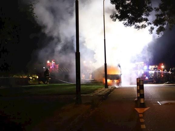 Bestelbus in Kampen brandt volledig uit