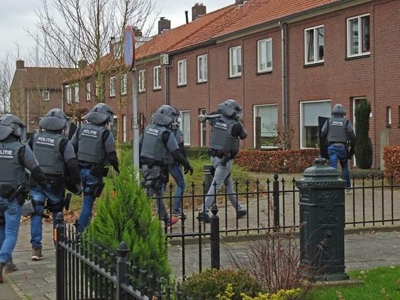 Arrestatieteam valt met stormram huis binnen in Gemert
