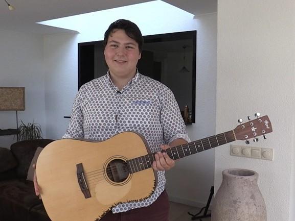 Crowdfundingsactie voor gitarist met missie levert 300 euro op: dan maar de gitaren verkopen