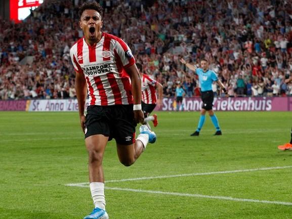 Donyell Malen is de held van de avond en bezorgt PSV een 5-0 overwinning op Vitesse