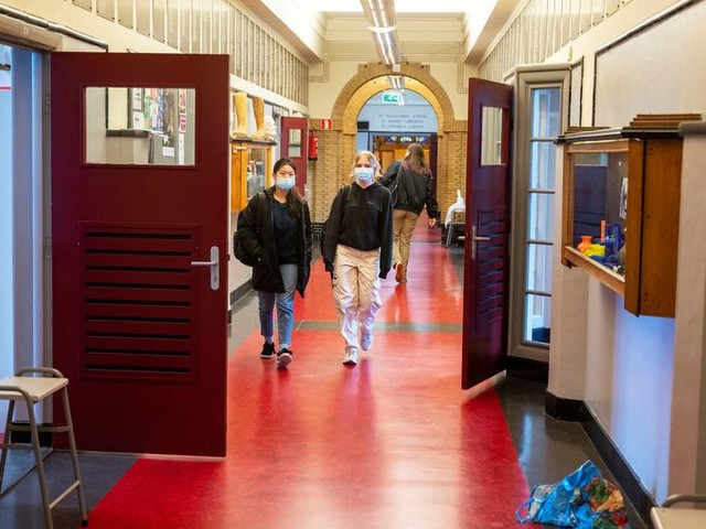 Opgelucht en iets ronder: zo keren middelbare scholieren terug naar school