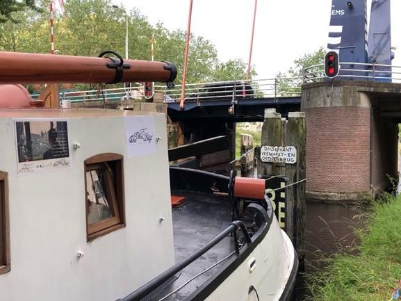 Monique vaart over de Zuid-Willemsvaart op zoek naar verhalen