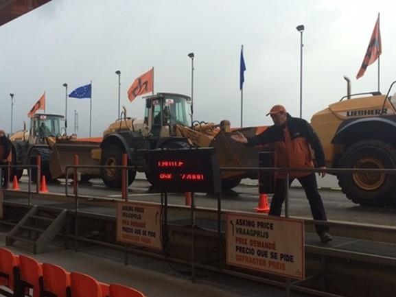 Door de stikstofcrisis verkoopt veiling Moerdijk veel meer bouwmachines aan het buitenland