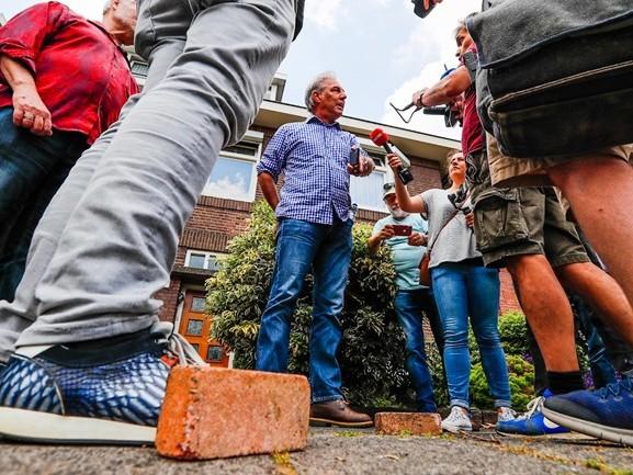 Rellen rondom flyeractie Pegida: bakstenen gegooid naar demonstranten, Pegida-voorman opgepakt