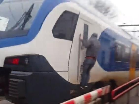 Treinsurfer (17) opgepakt nadat hij aan buitenkant van trein van Lage Zwaluwe naar Zevenbergen reed