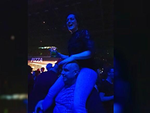 Welke leuke dame zat er in de nek van Enrico tijdens het concert van Snollebollekes?