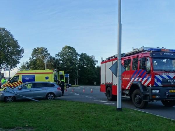 Auto botst tegen verkeersbord in Dedemsvaart, bestuurder gewond