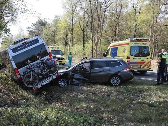 Auto en camper botsen tegen elkaar op N347 bij Lemele