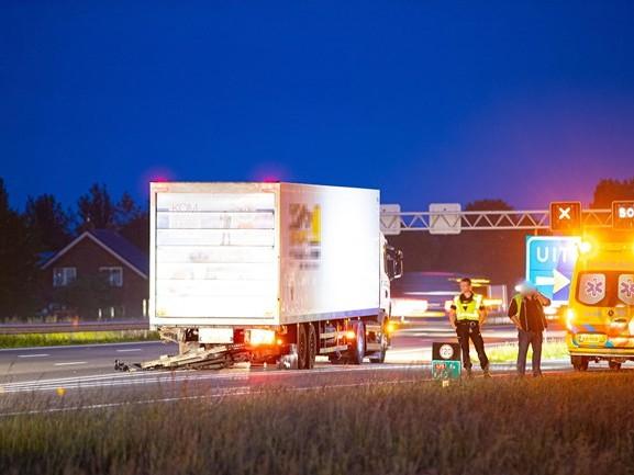 Auto botst achterop vrachtwagen op A28 bij Zwolle